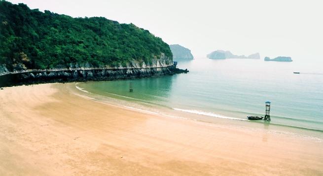 Đảo du lịch Cát Bà trong nắng hè