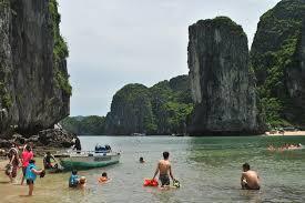 Bãi tắm Vạn Bội khá an toàn với nhiều rặng san hô sặc sỡ