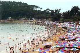 Biển Cát Bà tập trung đông đúc du khách mỗi dịp hè về