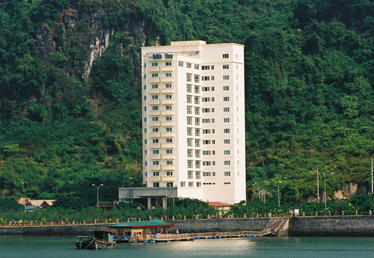 Khách sạn Holiday View- nơi có tầm nhìn hướng ra biển đảo Cát Bà và núi rừng