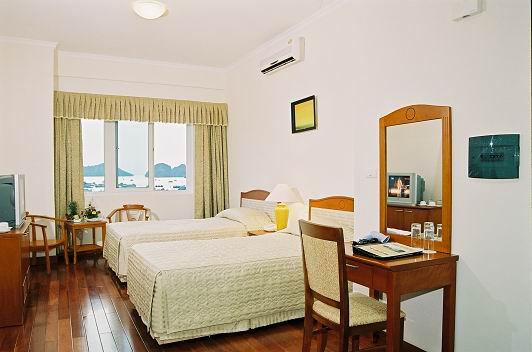 Phòng khách sạn được thiết kế hướng ra biển và núi rừng hùng vĩ