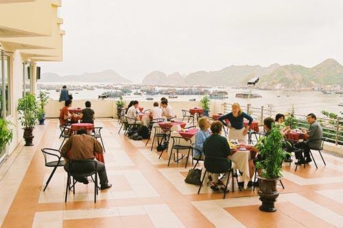 Khu vực sảnh ngoài thưởng thức món ăn và tận hưởng hương vị biển đảo