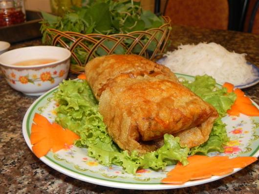 Nem cua bể được ăn kèm với bún và rau xanh
