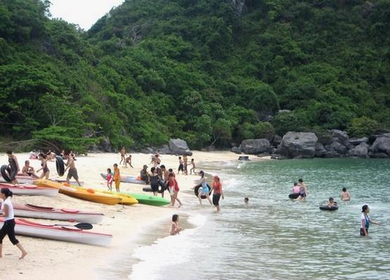 Bãi biển Khu du lịch Cát Tiên thu hút đông đảo du khách