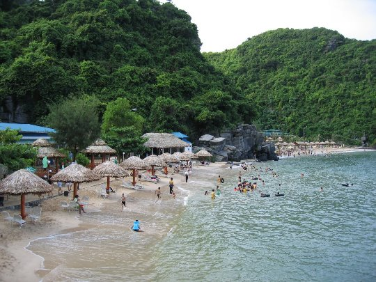 Bãi tắm Cát Bà được bao quanh bởi thiên nhiên núi rừng