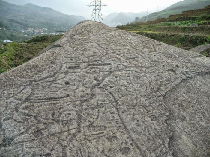 Hình vẽ kỳ bí trên phiến đá cổ