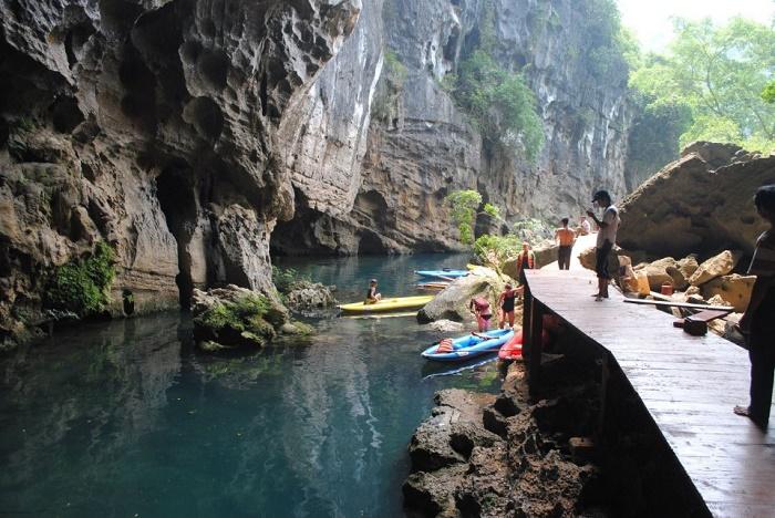 Du khách vui chơi tại Sông Chày - Hang Tối