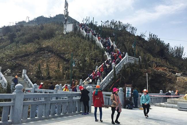 Du khách leo thêm 600 bậc sau khi đến trạm cuối