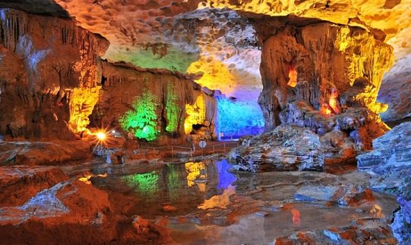 Ngắm nhìn những vách đá đẹp lung linh trong hang Sửng Sốt